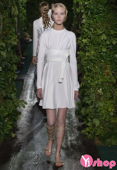 Váy đầm trắng Valentino đẹp hè 2021 - 2022 cho nàng quyến rũ sang trọng