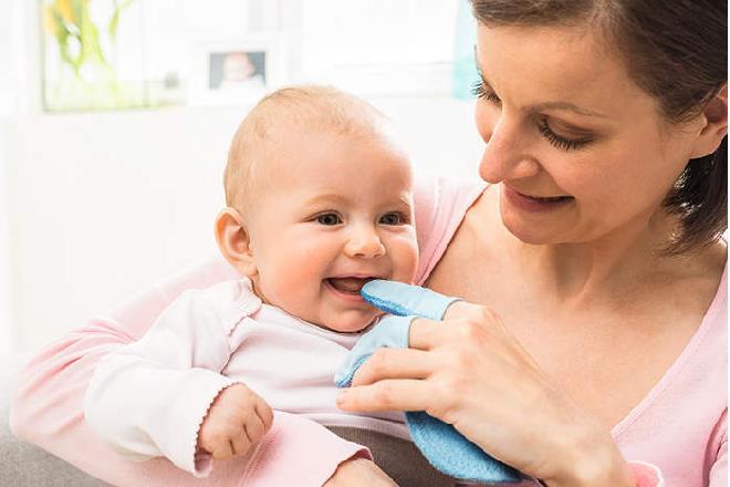vệ sinh miệng cho trẻ sơ sinh