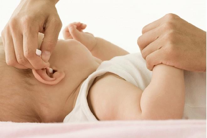 vệ sinh tai cho trẻ sơ sinh