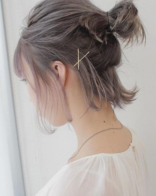 Búi thấp nửa đầu: cách buộc tóc ngắn đẹp đơn giản. Ảnh: Internet