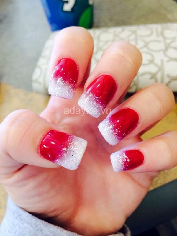 mẫu nail đỏ đẹp phủ kim tuyến dịp giáng sinh