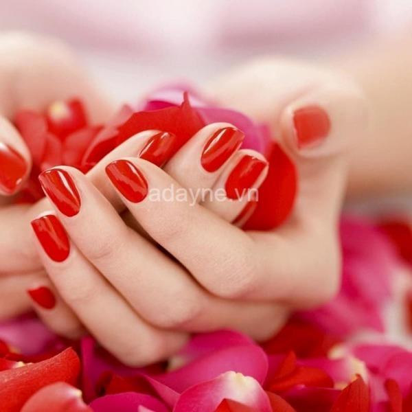 Nail tay màu đỏ tươi đơn giản
