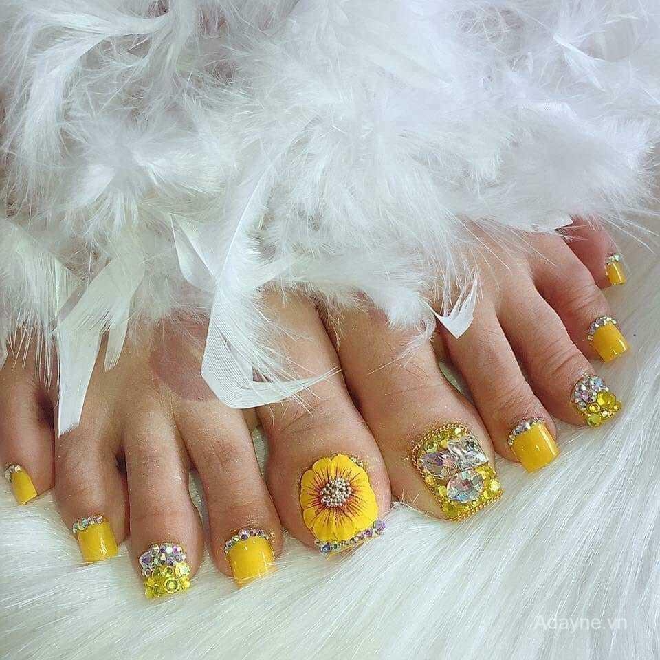 Mẫu nail màu vàng đính đá sang trọng