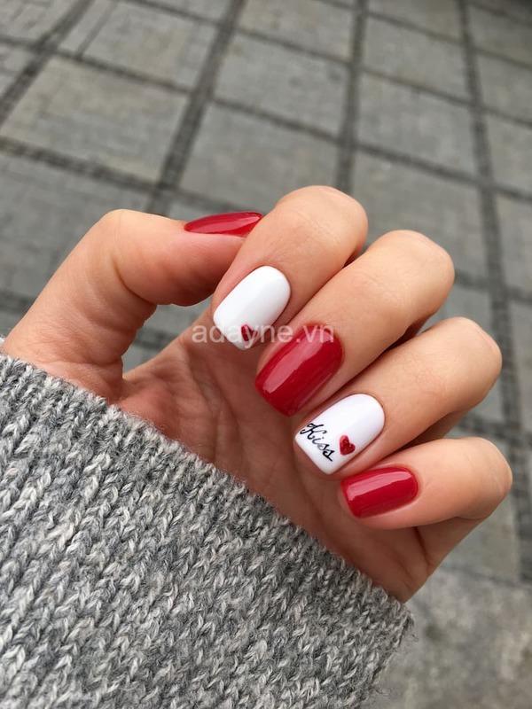 Mẫu nail màu đỏ vẽ sơn họa tiết chữ