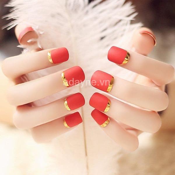 nail màu đỏ họa tiết màu vàng kim