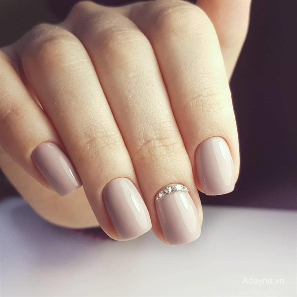 Mẫu nail đính đá đơn giản mà đẹp sang trọng