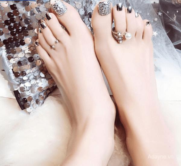 Mẫu nail đính đá đơn giản mà đẹp cho móng chân