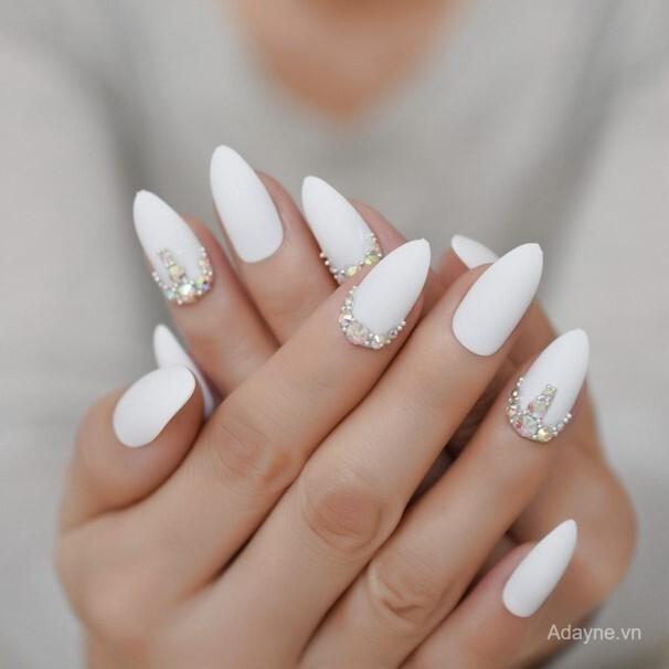 Mẫu nail đính đá đơn giản mà đẹp tinh tế