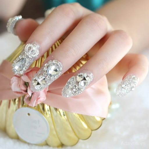 Mẫu nail đính đá đơn giản mà đẹp độc đáo