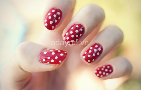 mẫu nail màu đỏ chấm bi