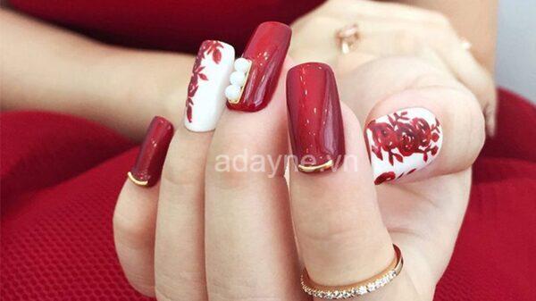 nail màu đỏ kết hợp vẽ hoa