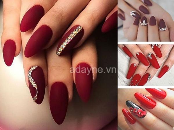 nail màu đỏ nhám và đỏ bóng kết hợp đính đá hoặc hoa nổi