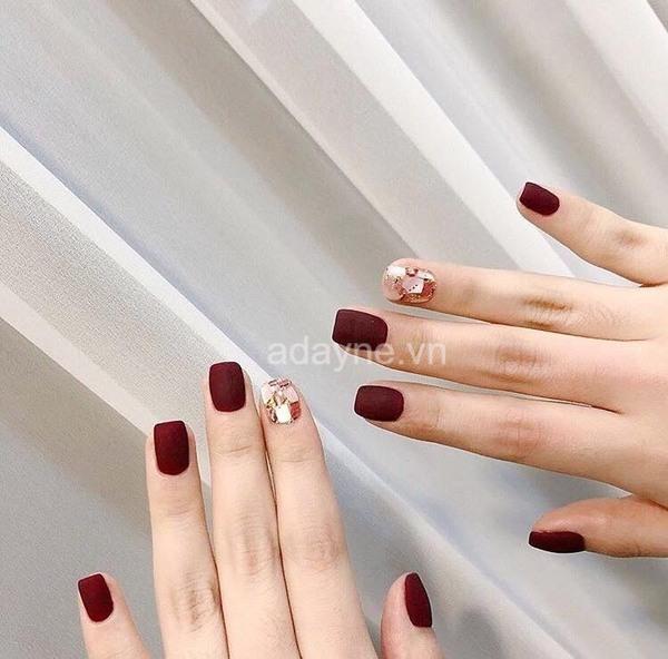 Nail tay màu đỏ nhám đính đá