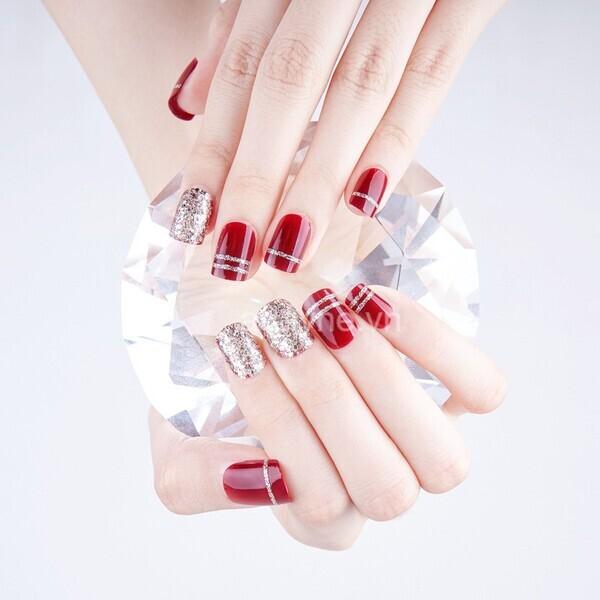 Nail tay màu đỏ phủ kim tuyến