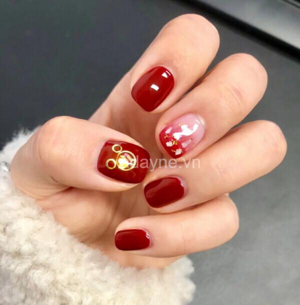 nail đính đá màu đỏ kết hợp họa tiết vàng kim và màu ombre