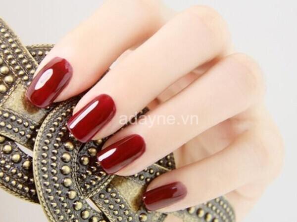 Nail tay màu đỏ mận đơn giản mà đẹp