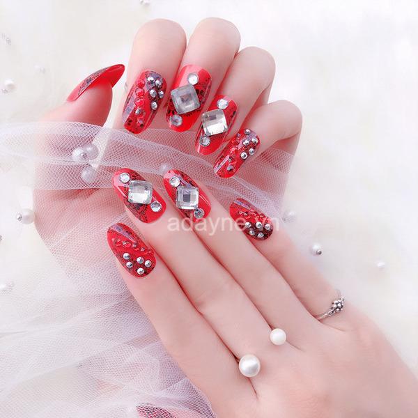 mẫu nail đỏ đính đá cho cô dâu ngày cưới