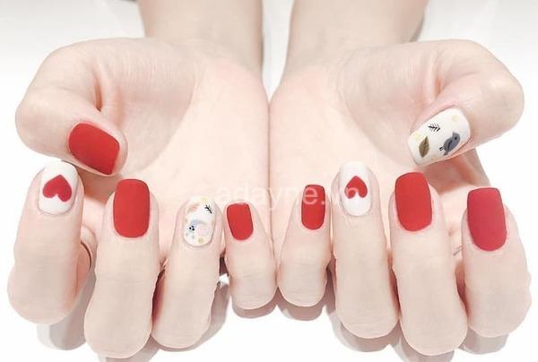 mẫu nail tay màu đỏ nhám họa tiết lá
