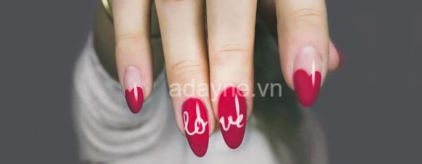 Mẫu nail màu đỏ đẹp vẽ sơn họa tiết chữ