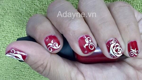 mẫu nail màu đỏ vẽ hoa đơn giản