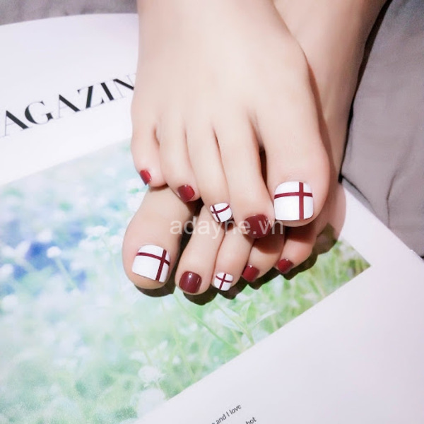 Nail chân đỏ đẹp họa tiết trắng