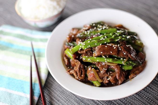 măng tây xào thịt bò cho bà bầu ăn mùa nắng nóng