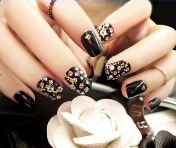 Tông màu đen chủ đạo làm nổi bật mẫu nail đẹp nail đính đá nhiều màu sắc