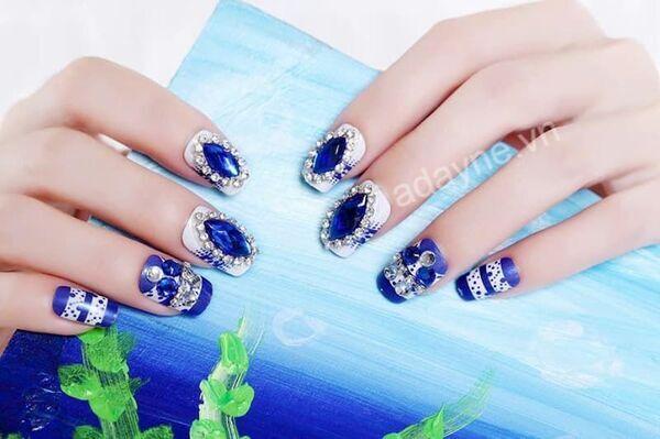 Mẫu nail đẹp nail đính đá kiểu vuông màu xanh biển dẫn đầu xu hướng, đính đá nổi bần bật