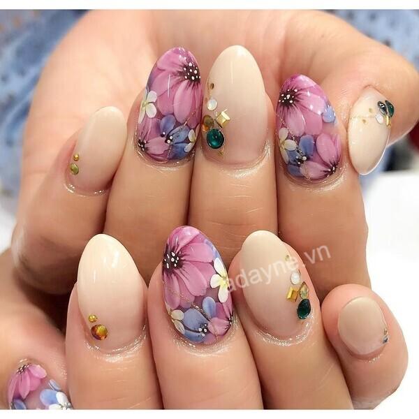 Gel trong suốt thường được ứng dụng để giúp phái nữ có đôi bàn tay thon thả, xinh đẹp theo phong cách thuần khiết, trong sáng