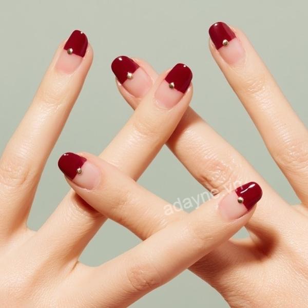 Phá cách cùng gam màu đỏ quyến rũ kiểu nửa móng đính hạt cute