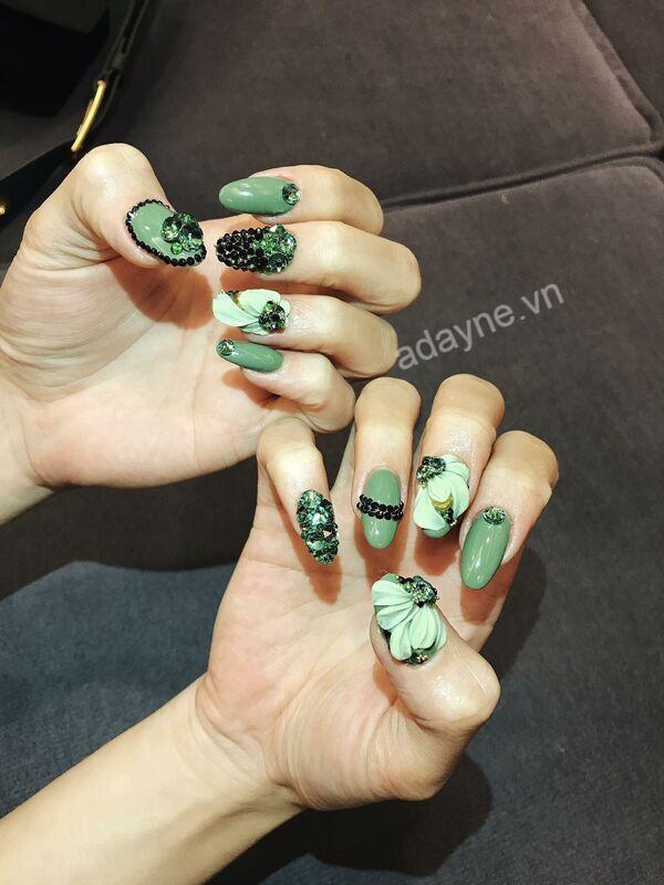 Đổi gió cùng mẫu nail đẹp nail đính đá tone xanh lá cực trend