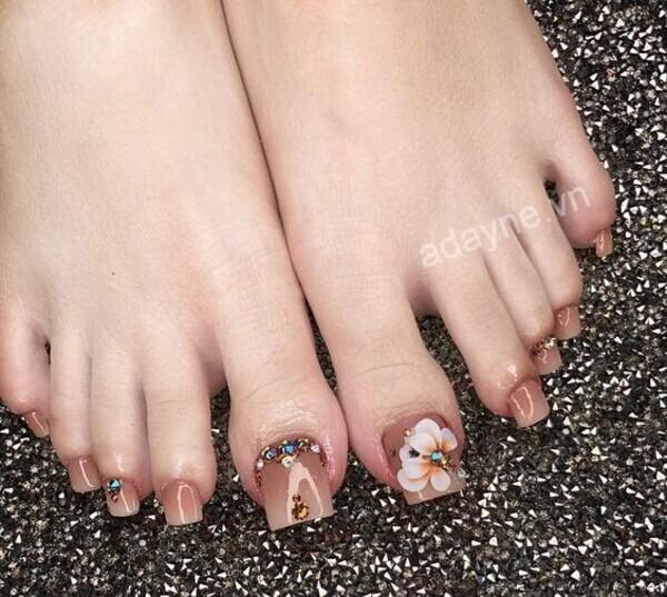 Mẫu móng chân đẹp tone nude hiệu ứng ombre đính đá kết hợp họa tiết hoa tinh tế, đẹp mê mẩn