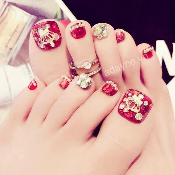 Mẫu nail đẹp nail đính đá chân tone đỏ gắn vương miện quyền lực
