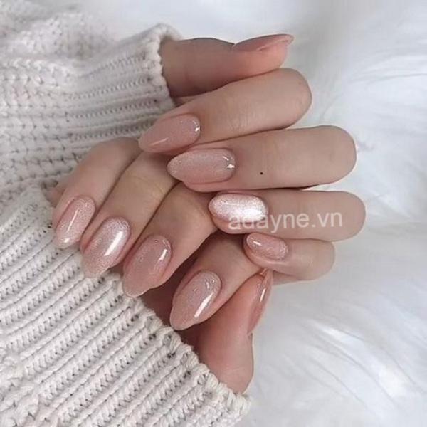 Tone nail nude, nhũ kim tuyến dễ dàng nổi bật ưu điểm đôi tay mảnh mai, thon thả, lấp lánh xinh đẹp