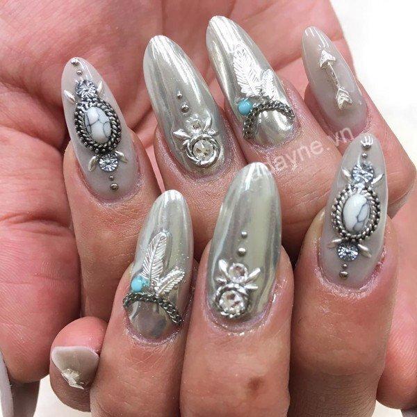 Mẫu nail đẹp nail đính đá tone xám họa tiết chìm cá tính