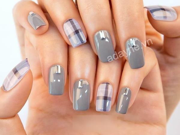 Hiện đại, trẻ trung với mẫu nail đẹp nail đính đá tone xám đơn giản