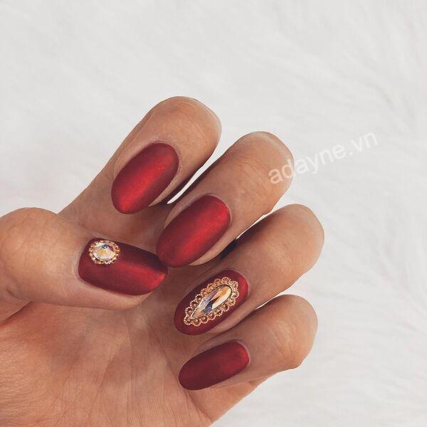 Mẫu nail đẹp nail đính đá đơn giản tone đỏ nâu quyền lực