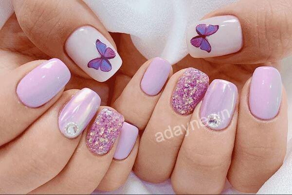 Móng tay đính đá dễ thương tone tím pastel họa tiết bướm nữ tính, thanh lịch