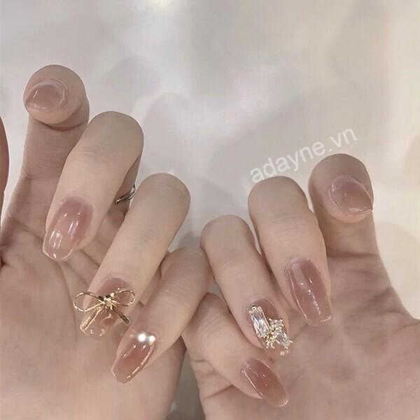 Nhấn nhá đôi bàn tay kiêu sa với mẫu nail đẹp nail đính đá tone nude