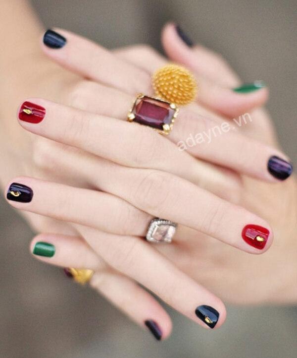 Tạo mẫu nail đẹp nail đính đá nhiều màu sắc, nhấn nhá đơn giản