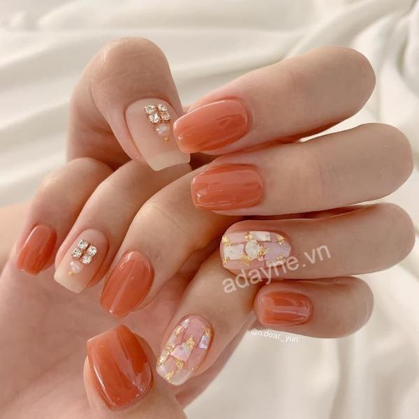 Tone cam nude đẹp xuất sắc cho một móng tay đính đá dễ thương, hút hồn người đối diện