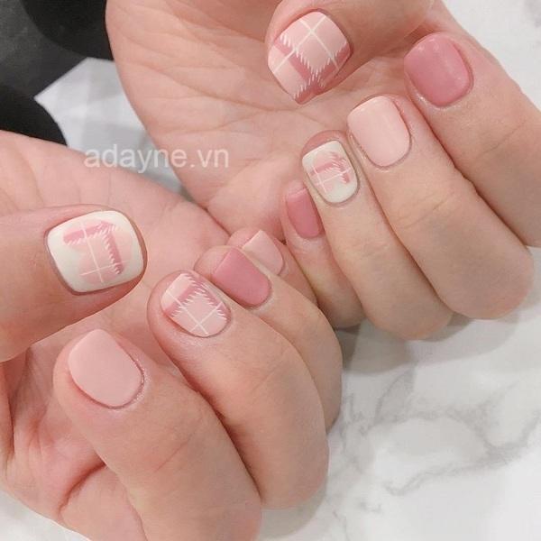 Tone hồng ngọt ngào, đáng yêu là mẫu nail đơn giản dễ thương dành riêng cho cô nàng kẹo ngọt