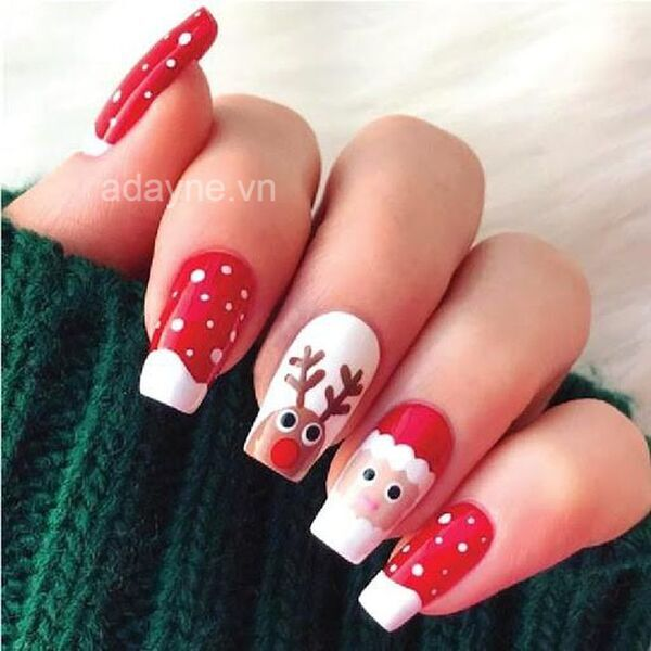 Mẫu nail đơn giản dễ thương tone đỏ vẽ tuần lộc, ông già Noel giúp cô nàng nổi bật hơn trong lễ Giáng sinh