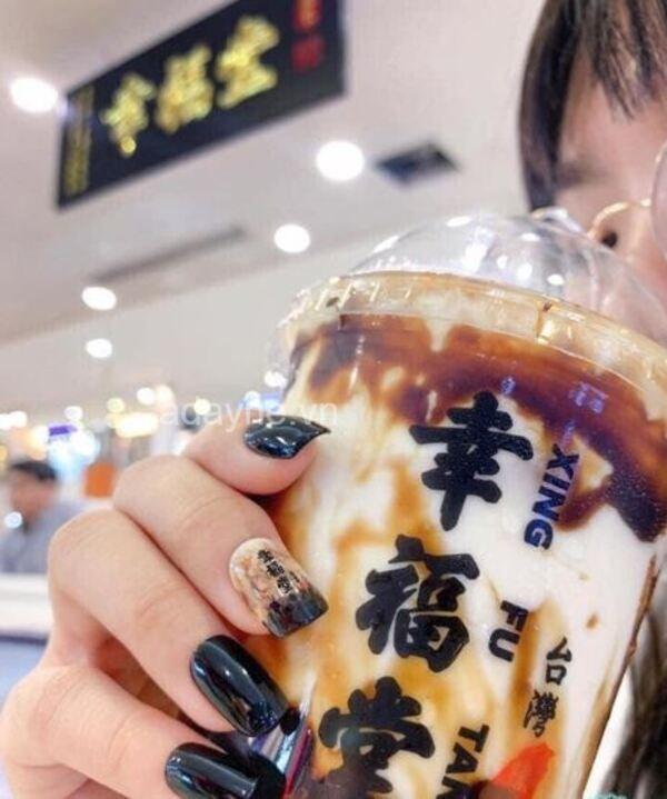 Diện mẫu vẽ móng tay đẹp tone-sur-tone với ly trà sữa ngọt ngào bạn đang uống thì sao nhỉ?