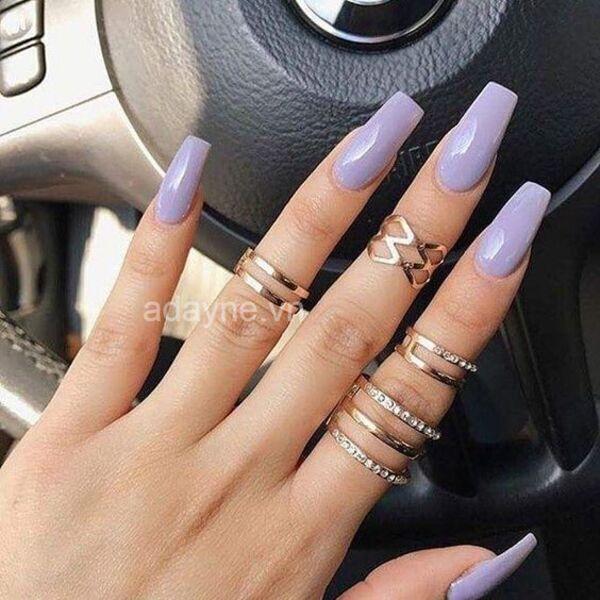 Nail tone tím pastel rất thích hợp với làn da trắng sáng, cho đôi tay vẻ đẹp dễ thương, ngọt ngào và mới mẻ.