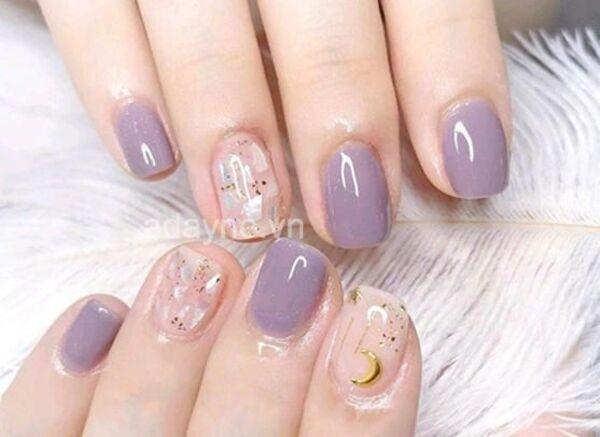 Diện mẫu nail tone tím thạch kết hợp màu gel trong suốt gắn họa tiết lấp lánh thu hút mọi ánh nhìn