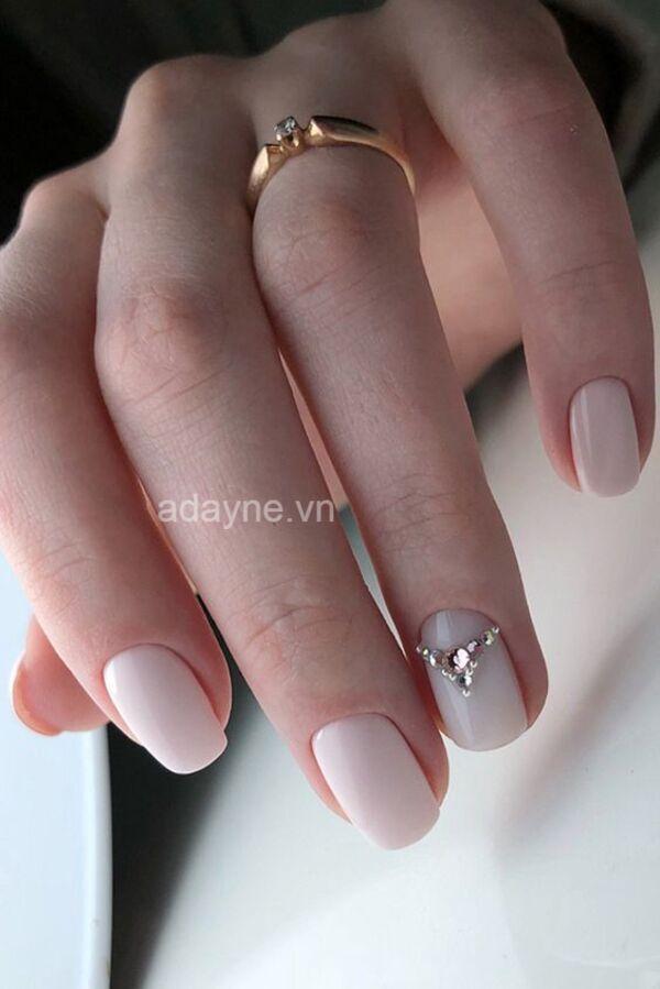 Mẫu móng tay đẹp đính đá đơn giản ở ngón áp út trên tone trắng dễ thương