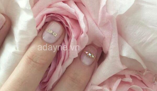 Mẫu vẽ móng tay gucci tone hồng ngọt ngào, tinh tế mà vẫn cực kỳ sang chảnh