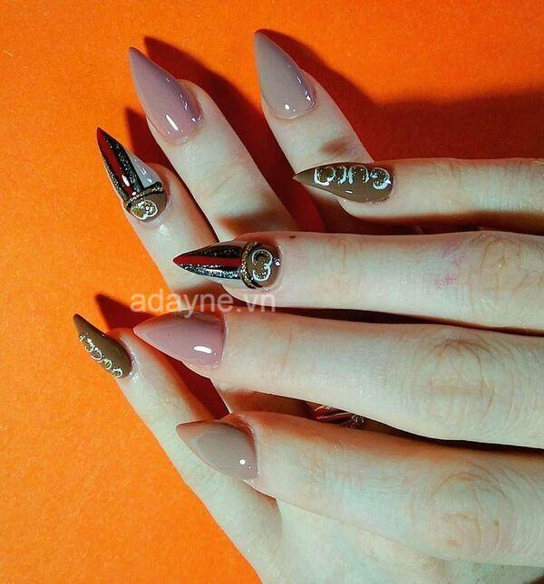 Các mẫu vẽ móng tay cute thường không áp dụng kiểu móng nhọn, nhưng với Gucci lại khác