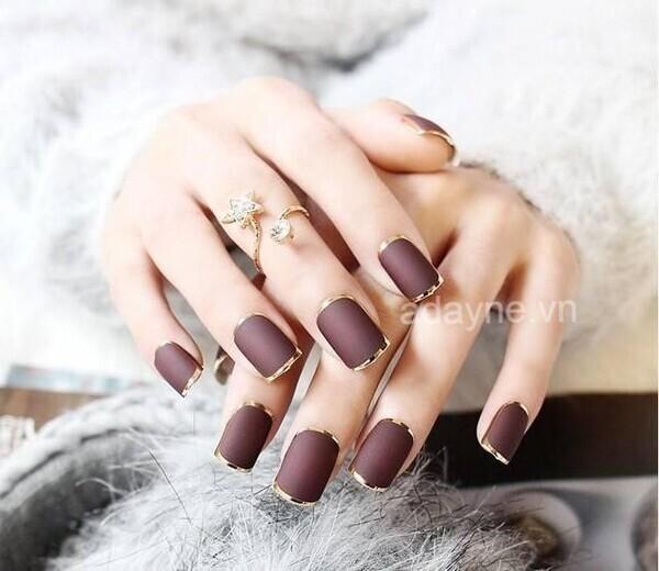 Màu nail tone nâu tây viền kim loại đẹp xuất sắc đơn giản nhưng vô cùng sang trọng